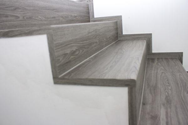 Ukázka vinylových schodů BUKOMA se oblou hranou - dekor Dub Urban