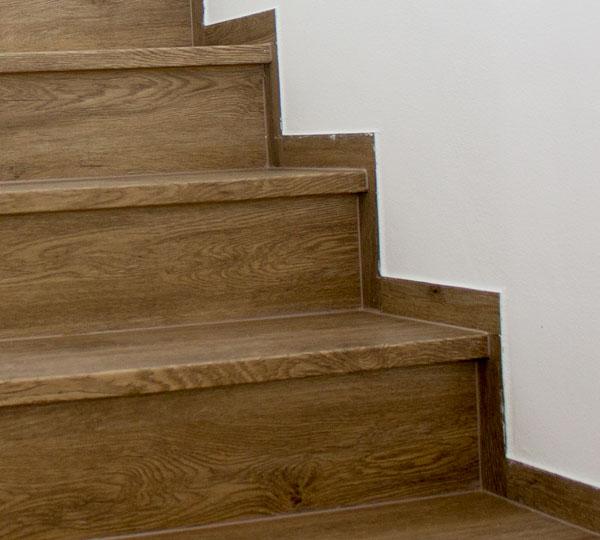 Ukončení vinylových schodů pásy podlahy